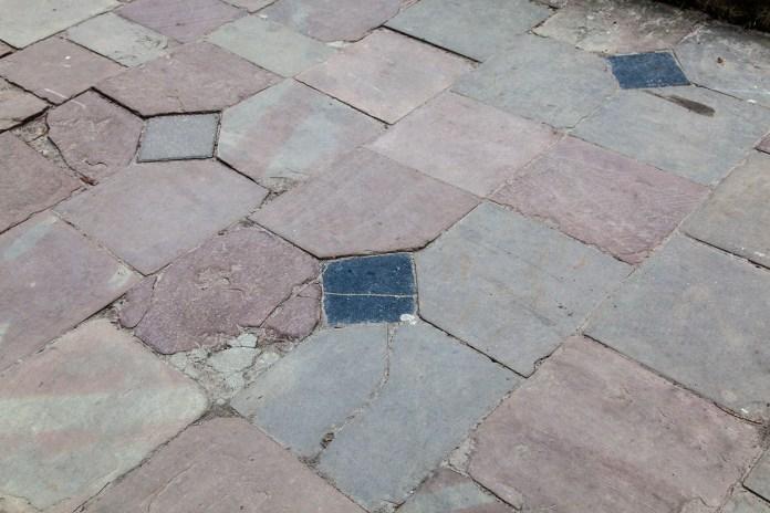 Мощення з природного каменю на хідниках, тротуарах і площах