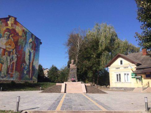 Read more about the article У Підгайцях завершили ремонт площі біля пам'ятника Т.Шевченку