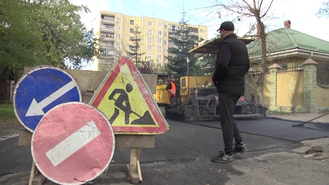 Замість ям і старого асфальту — якісне дорожнє покриття на вулиці Полонинській в Ужгороді (ВІДЕО)