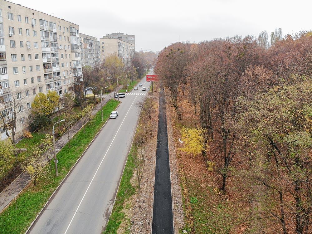 Біля парку Дружби народів завершуютьоблаштовувати тротуар