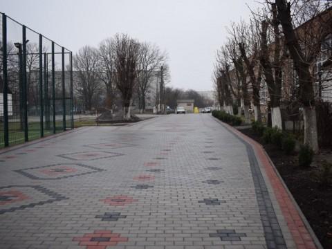 У Макарові на території ліцею оригінальним чином поклали тротуарну плитку
