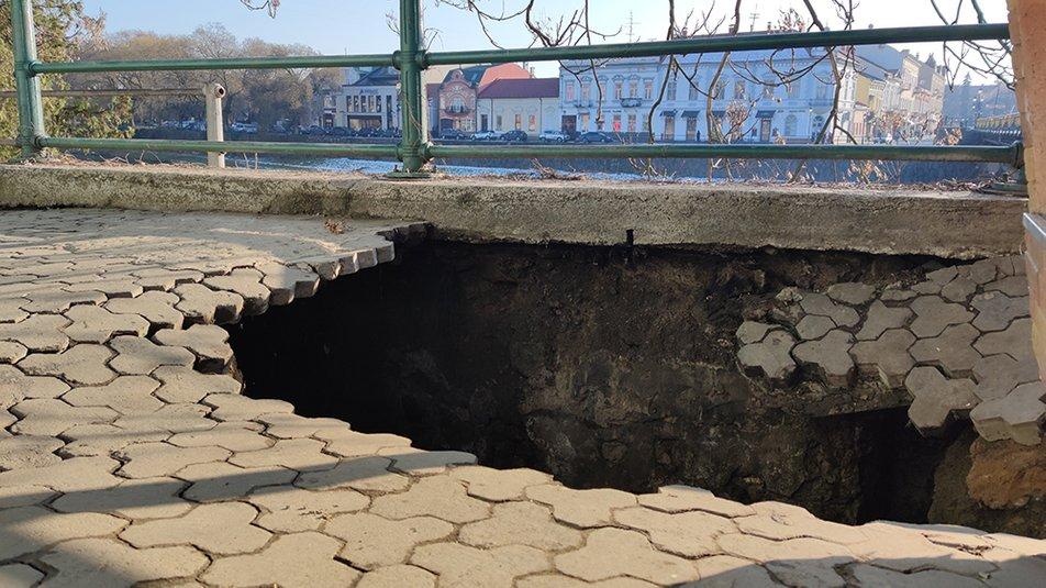 Провалля на площі Театральній в Ужгороді: в міськраді розробляють способи ліквідації обвалу