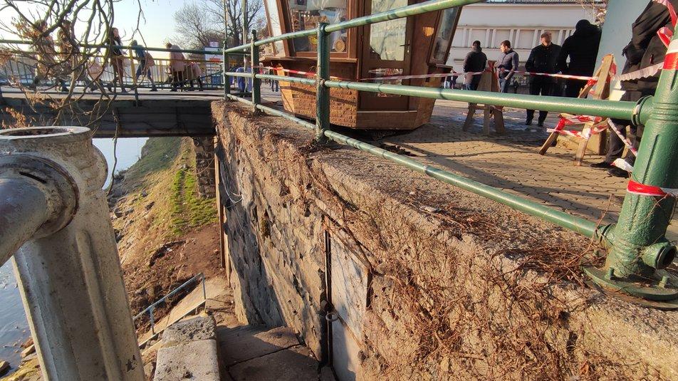 Провалля у центрі Ужгорода: в міськраді думають, як укріпити основу обвалу
